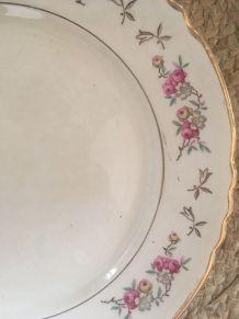 Assiettes plates anciennes fleuries dépareillées.