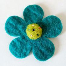 Broche fleur en feutrine bleue et verte à perles, neuve