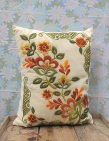 Joli coussin brodé (motif floral)