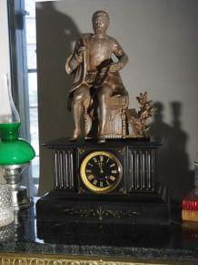 Horloge de cheminée ancienne 19 siècle en marbre avec statue