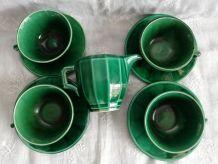 4 tasses à café et leur pot à lait