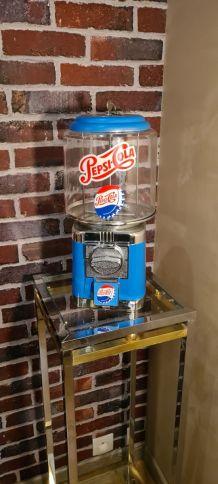 Distributeur chewing gum et bonbon en acier. Style vintage,