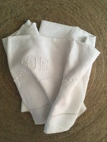 Drap ancien  en fil de lin avec monogramme.