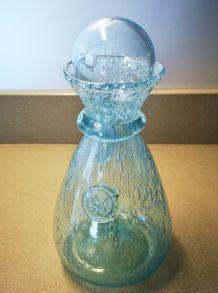 carafe BIOT en verre bullé bleu clair et bouchon