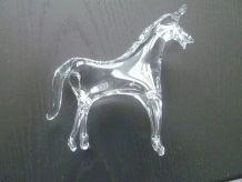 cheval en verre translucide