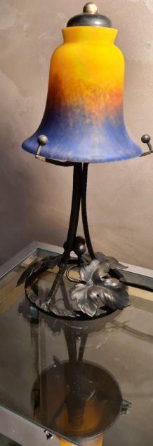lampe fer forgé tulipe  pate de verre , non signé dans le go