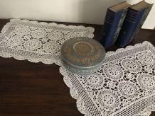 Deux napperons, coton au crochet, décoration vintage