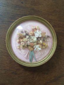 Cadre rond vintage aux fleurs séchées.
