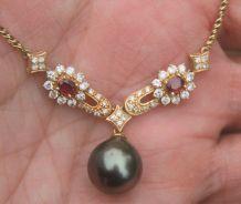 Collier Perle noire de Tahiti Diamants Rubis et Or jaune 18