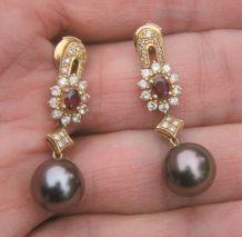 Boucles d'Oreilles Perles noires de Tahiti Diamants Rubis et