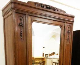 Armoire ancienne en noyer avec miroir