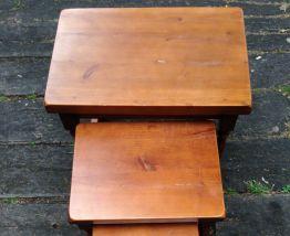 Lot de 4 tables-gigognes bois massif
