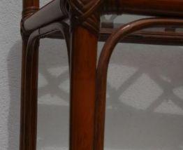 Étagère vitrée en rotin vintage.