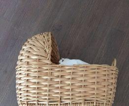 Petit landau vintage en osier avec poupon