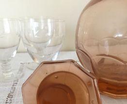 Carafe en verre dépression vieux rose