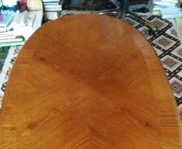 Table basse ovale en bois vernis massif