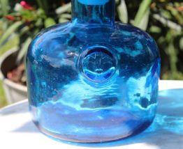 Bouteille  en verre bleu vintage