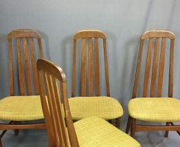 Suite de 4 chaises années 70 en teck