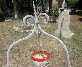 Dessus de puits en fer forgé avec poulie
