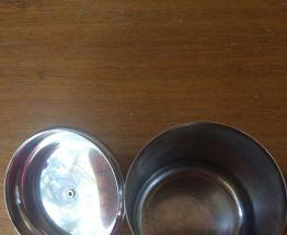 Boite, pot en métal vintage à décor de pomme de pin
