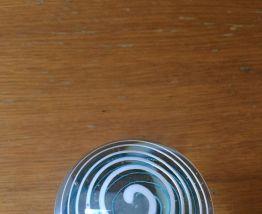 Sulfure presse papier en verre décor tourbillon bleu, blanc