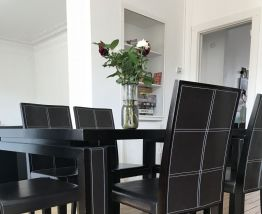 Table à manger et lot de chaises en cuir