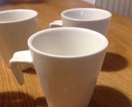 4 petites tasses en porcelaine
