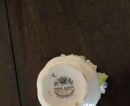 Jolie coupe blanche en porcelaine objet de vitrine