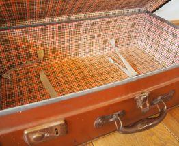 Valise brune aux coins bruns