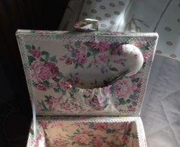 Malette à couture tissu  fleuri et dentelle