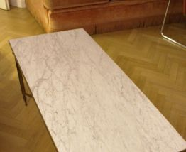 Table basse vintage en marbre blanc pieds en laiton dorés
