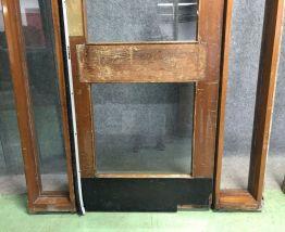 Porte d'entrée d'un PUB et son important châssis en acajou