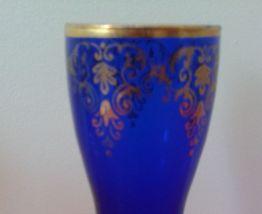 Cinq flûtes à champagne en verre coloré.