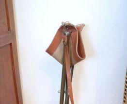 Tabouret ancien en cuir pliable avec sangle