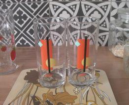 Deux verres avec sérigraphie très seventies années 1970
