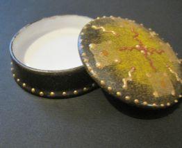 Petite boite a pilules en porcelaine ronde  Peinte main