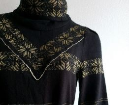 Robe pull dorée à col montant