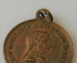 Médaillon métal doré napoléon bonaparte 1857