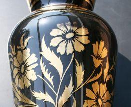 Periode Art Déco, grand vase en opaline noire et or