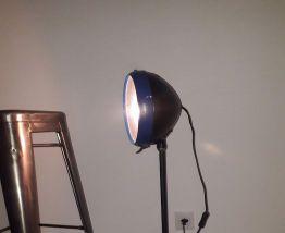lampe vintage avec phare de voiture ancienne