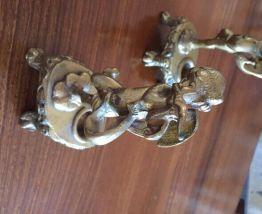 Paire d'angelots bougeoirs en métal doré.