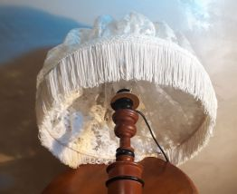 lampe bois exotique  et son abatjour en dentelle 45x30