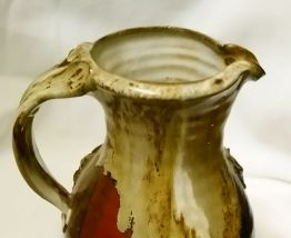Cruche à vin kitsch décor relief