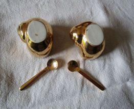 Deux petits pots dorés forme escargot