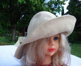 Chapeau cloche feutre beige année 1953