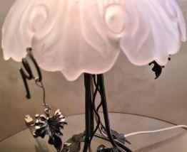 lampe fer forgé , avec  belle abat jour  verre blanc  moulé