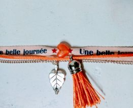 Bracelet ruban orange, chaine, breloques, pompon