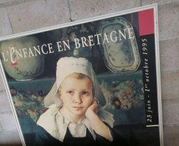 Grand panneau publicitaire en bois L'ENFANCE EN BRETAGNE ''