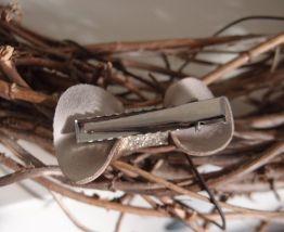 Barrette nœud en cuir framboise et argenté pailleté