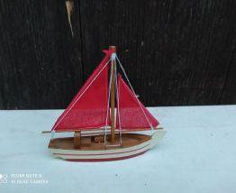 bateau à voiles rouges